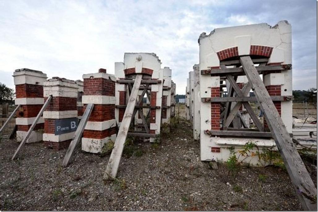 356193_photo-prise-le-21-septembre-2010-de-ruines-de-l-entree-de-l-ex-usine-azf-a-toulouse
