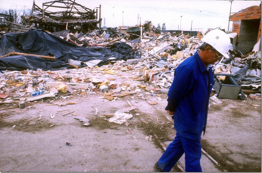 Un mois après l'explosion de l'usine AZF à Touslouse le 21 10 01© Olivier Perriraz.